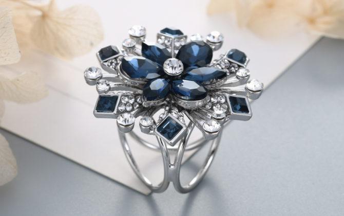 Elegantný trojprstenec v tvare kvetu a s kryštálikmi v strieborno-modrej farbe