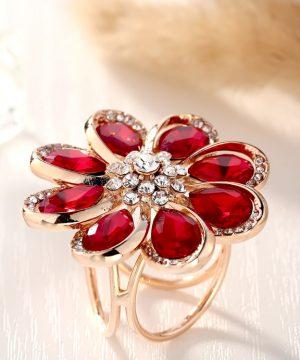 Elegantný trojprstenec v tvare kvetu v zlatej farbe s červenými kryštálmi