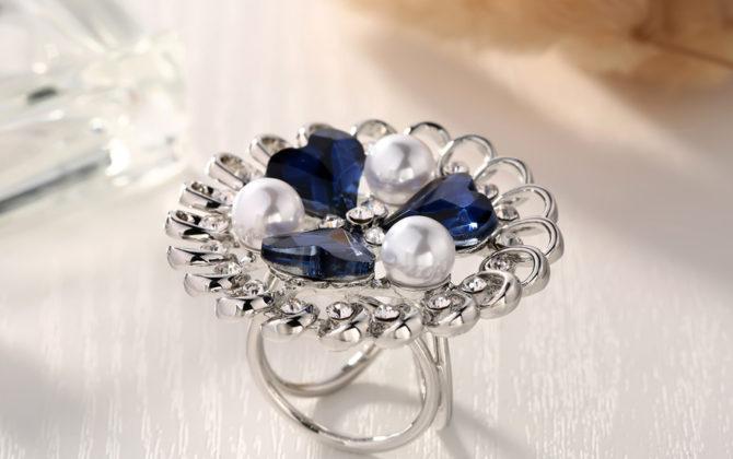 Prepracovaný trojprstenec s modrými srdiečkami a perlami v striebornej farbe