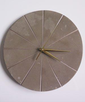 Ručne vyrobené nástenné hodiny – Golden concrete