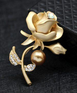 Luxusná brošňa v tvare ruže s kryštálikmi v dvoch rôznych farbách