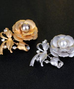 Luxusná brošňa v tvare ruže s perlou a kryštálikmi v dvoch rôznych farbách