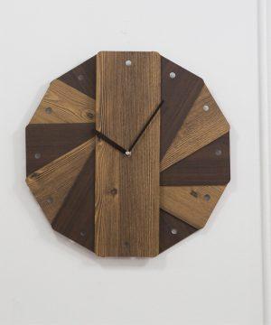 Okrúhle retro drevené nástenné hodiny
