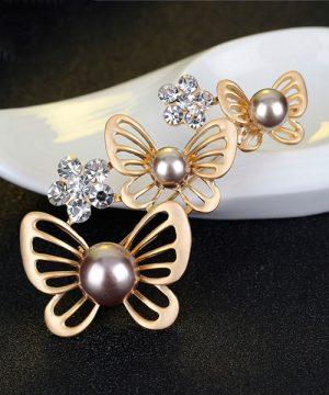 Elegantná brošňa v tvare troch motýlikov s perlami a kryštálikmi