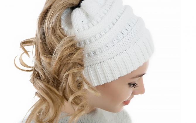 Luxusná dámska čiapka v rôznych farbách s otvorom na vlasy