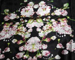 Dámsky hodvábny šál s prepracovanými kvetinami - čierny, rozmer 180 x 90 cm