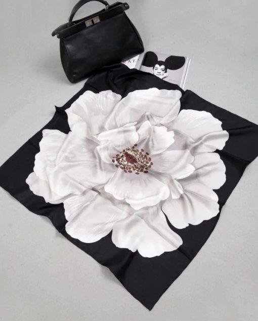 Kvalitná hodvábna šatka s veľkým kvetom - čierno biela, twill hodváb, 90 x 90 cm