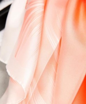 Kvalitná hodvábna šatka s veľkým kvetom - pomarančový, twill hodváb, 90 x 90 cm
