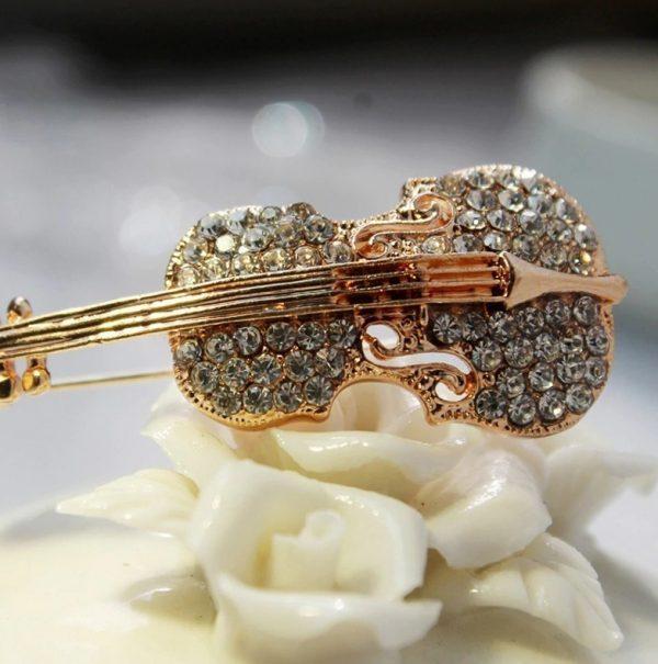 Luxusná brošňa v tvare huslí s kryštálikmi v dvoch rôznych farbách