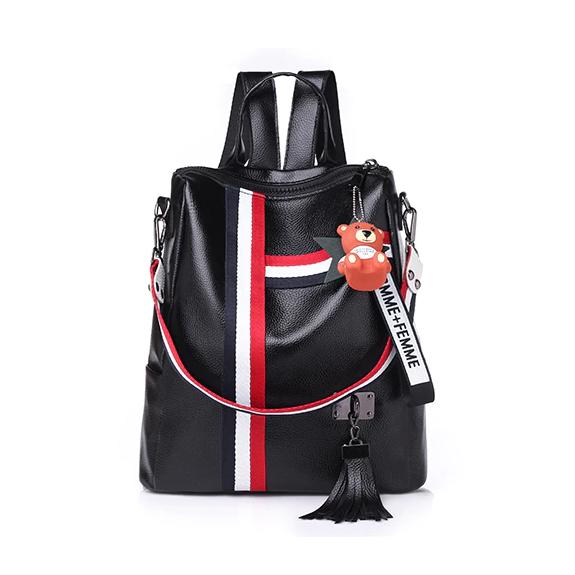 Retro-štýlový-dámsky-ruksak-s-príveskom-macíka-v-čiernej-farbe-1