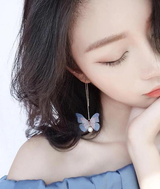Rozkošné náušnice s farebnými jemnými motýlikmi v zlatej farbe