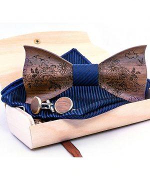 Drevený gravírovaný set vo viac farbách - drevený motýlik + manžety + vreckovka