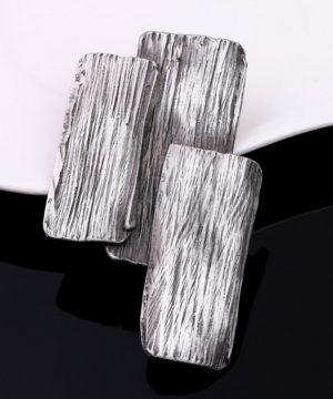 Jedinečná ručne brúsená a leptaná brošňa - oceľová imitácia dreva