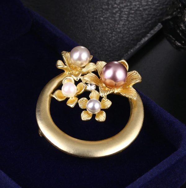 Luxusná brošňa na šaty s prepracovanými kvetinami a perlami