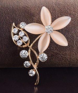 Luxusná zlatá brošňa v tvare kvetiny s kryštálikmi