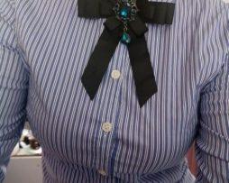 Vintage brošňa na golier v tvare mašle so šperkom vo viac variantoch
