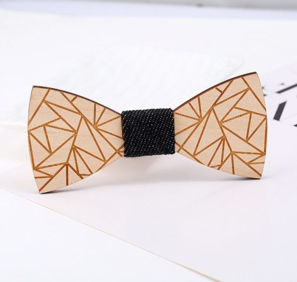 Elegantný motýlik z dreva s reliéfnym geometrický vzorom