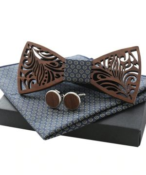 Vyrezávaný motýlikový set z tmavého dreva - drevený motýlik + manžety + vreckovka