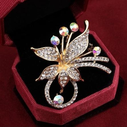 Luxusná brošňa na šaty v tvare kvetiny z kryštálov