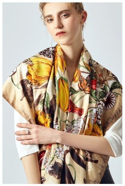 Elegantná hodvábna šatka s ľudovým motívom, 130 x 130 cm