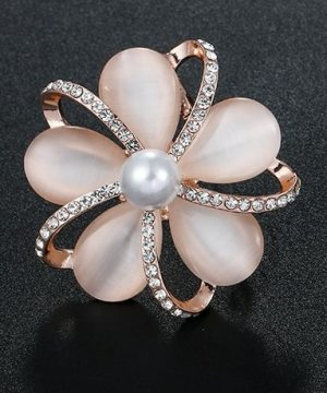 Luxusná brošňa v tvare kvetiny z opálových kameňov