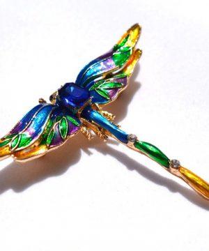 Farebná brošňa na šaty v tvare vážky s krystálikmi