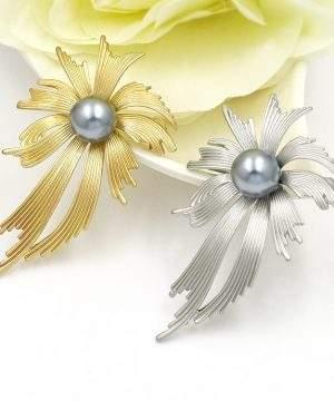 Luxusná brošňa s perlou v podobe dizajnovej mašle v zlatej farbe