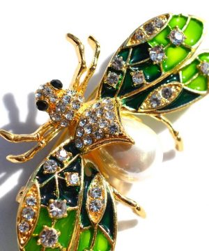 Prepracovaná brošňa na šaty v tvare letiaceho chrobáka