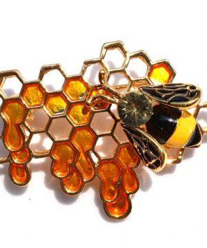 Prepracovaná brošňa v tvare včielky na medovom plaste