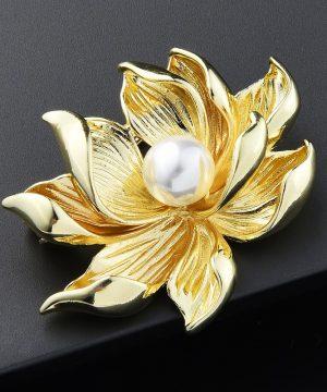 Luxusná brošňa v podobe zlatého lotusového kvetu