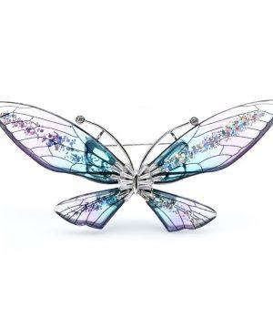 Luxusná transparentná brošňa v podobe farebného motýľa.