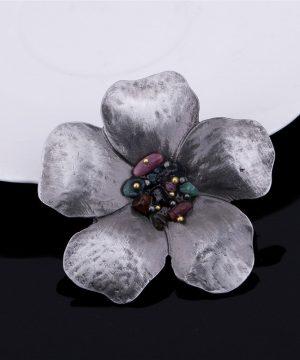 Retro brošňa v podobe kvetu s farebnými ozdobami